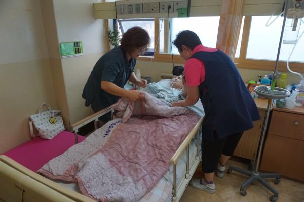 병원 내에서 간병 케어 모습