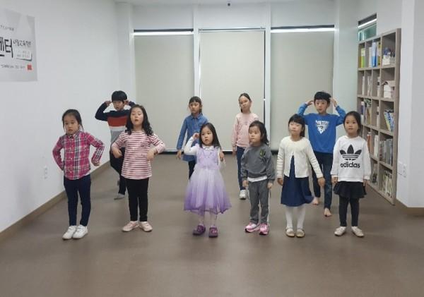 영어뮤지컬 : 영어로 춤, 노래, 연기, 게임 등 다양한 활동을 하는 놀이 수업