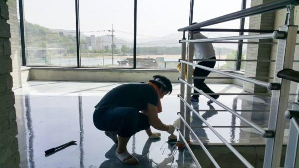 바닥 전문 시공 : 광이 나는 제품들로 시공 하여 유리를 깔아 놓은 듯 한 느낌을 받습니다.